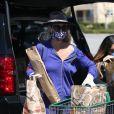 Première sortie pour Laeticia Hallyday depuis une semaine, alors qu'elle est totalement confinée chez elle avec ses filles Jade et Joy, pour aller faire ses courses au supermarché à Los Angeles le 27 mars 2020.
