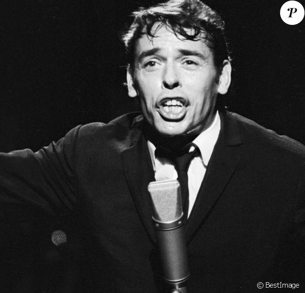 """Jacques Brel sur le plateau de l'émission TV """"Le palmarès des chansons"""". Le 11 novembre 1966 © Alain Canu via Bestimage"""