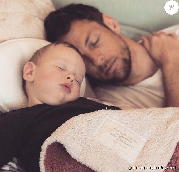 Jenson Button faisant la sieste avec son fils Hendrix, 8 mois, opéré à la hanche. Le 2 avril 2020.