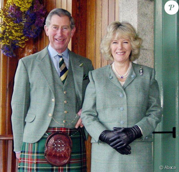 Portrait du prince Charles et Camilla à Birkhall, en Ecosse, lors de l'annonce de leurs fiançailles en 2005.