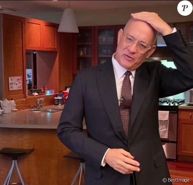 """Tom Hanks, le crâne rasé, présente l'émission """"Saturday Night Live At Home Edition"""" depuis sa cuisine, le 11 avril 2020."""