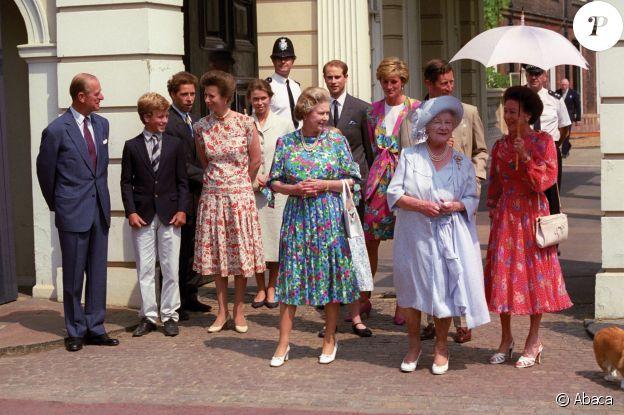 Le prince Philip, la princesse Anne, la reine Elizabeth, le prince Edward, la princesse Diana, le prince Charles, la Reine Mère et la princesse Margaret devant Clarence House pour les 90 ans de la Reine Mère en 1990.