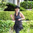 Reese Whiterspoon fait du jogging pour entretenir sa forme pendant le confinement à Los Angeles, dû au coronavirus (Covid-19), le 7 avril 2020.