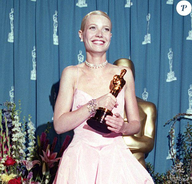 Gwyneth Paltrow assiste aux 71e Oscars, habillée d'une robe Ralph Lauren. Los Angeles, le 22 mars 1999.