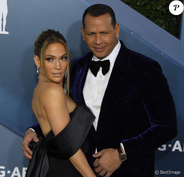 """Jennifer Lopez et son fiancé Alex Rodriguez - Photocall - 26e cérémonie annuelle des """"Screen Actors Guild Awards"""" (""""SAG Awards"""") au """"Shrine Auditorium"""" à Los Angeles, le 19 janvier 2020."""