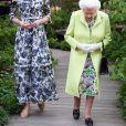 """La reine Elisabeth II d'Angleterre, et Catherine (Kate) Middleton, duchesse de Cambridge,en visite au """"Chelsea Flower Show 2019"""" à Londres, le 20 mai 2019."""