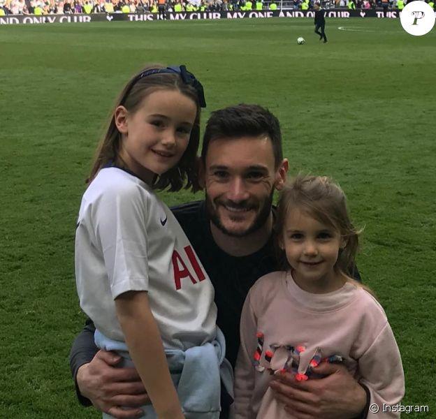 Hugo Lloris (ici avec ses filles Giuliana et Anna-Rose, photo Instagram du 12 mai 2019 lors du dernier match de la saison de Tottenham) et sa femme Marine ont accueilli le 20 septembre 2019 leur troisième enfant et leur premier garçon, Léandro.