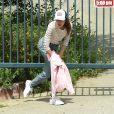 Exclusif - Andie MacDowell et ses filles Margaret et Rainey Qualley partent en randonnée dans un parc fermé en raison de l'épidémie de Coronavirus (Covid-19) à Los Angeles, le 19 avril 2020. Le trio a dû ramper sous une porte verrouillée du parc Audubon Center à Debs Park qui avait des panneaux indiquant qu'il était fermé jusqu'au 30 avril. Rainey portait un pull avec une photo de Kaia Gerber dessus. Ils ont également amené leurs deux chiens pour la randonnée.