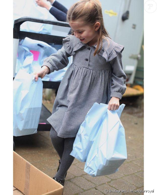 La princesse Charlotte préparant des colis de repas en pleine péride de crise sanitaire, sur Instagram, le 1er mai 2020.