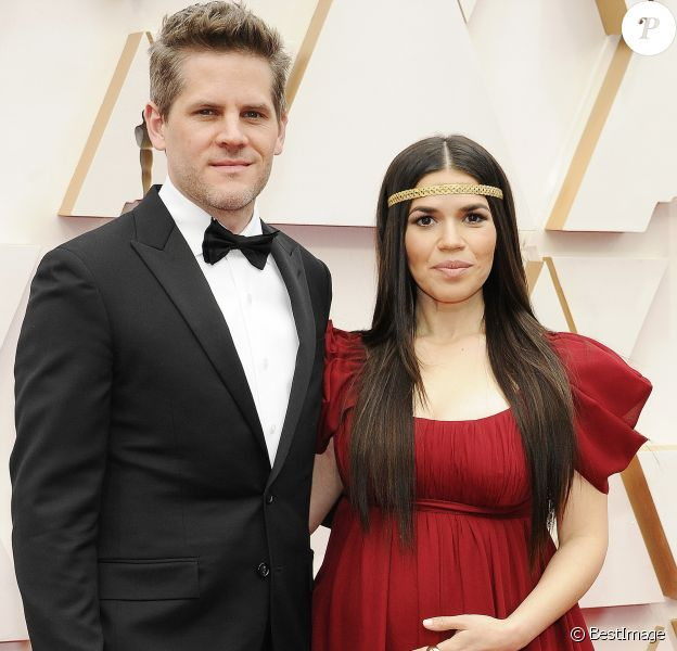 Ryan Piers Williams et sa femme America Ferrera (enceinte) lors du photocall des arrivées de la 92e cérémonie des Oscars 2019 au Hollywood and Highland à Los Angeles, Californie, Etats-Unis, le 9 février 2020.