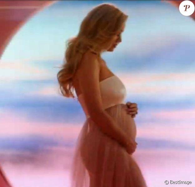 """Katy Perry dévoile sa première grossesse dans son clip """"Never Worn White"""" sur Youtube, le 4 mars 2020."""