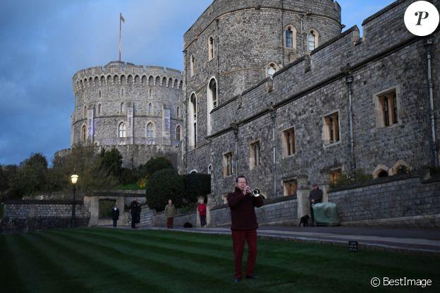 Le chateau de Windsor est éclairé en bleu en hommage aux personnels de santé qui luttent contre le Coronavirus (COVID-19) le 2 avril 2020.