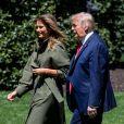 Le président Donald Trump et sa femme Melania plantent un arbre pour célèbrer la journée mondiale de la Terre à la Maison Blanche à Washington le 22 avril 2020.