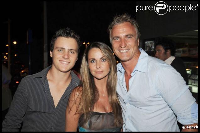 David Ginola avec sa femme Coraline et leur fils Andréa, en juillet 2008 au VIP Room de Saint-Tropez