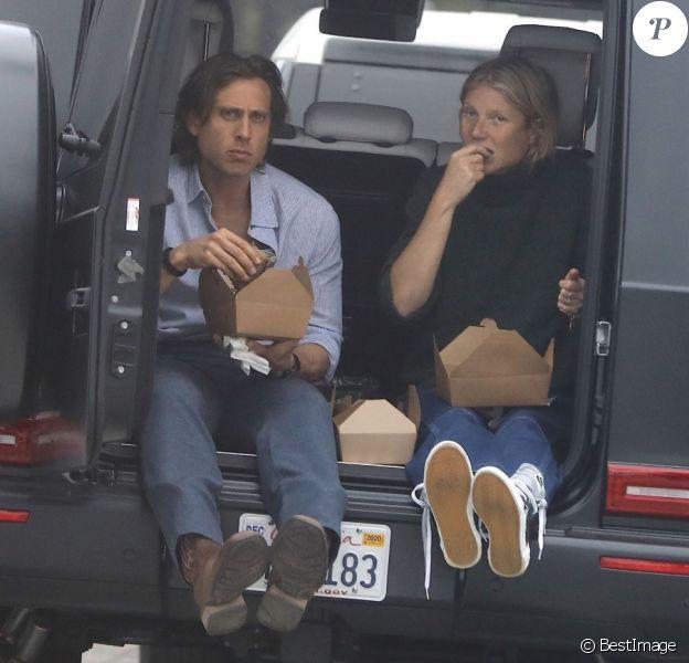 Gwyneth Paltrow et son mari Brad Falchuk déjeunent à l'arrière de leur voiture sans la moindre protection pendant l'épidémie de Coronavirus Covid-19 à Los Angeles, le 29 mai 2020.