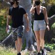 Exclusif - Gwyneth Paltrow et son mari Brad Falchuk se promènent le week-end de Memorial Day à Brentwood le 23 mai 2020. Ils portent des masques pour se protéger de l'épidémie de Coronavirus (Covid-19).