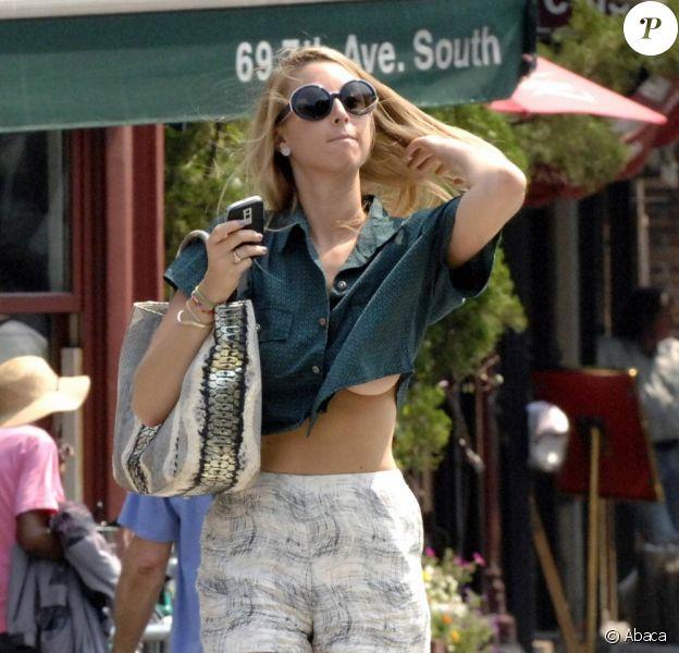 Whitney Port fait du shopping à New York, sous un radieux soleil. Août 2009
