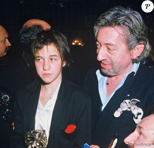 """Charlotte Gainsbourg, César du Meilleur espoir féminin pour """"L'Effrontée"""", avec son père Charles Gainsbourg lors de la soirée des César, à Paris, le 23 février 1986."""
