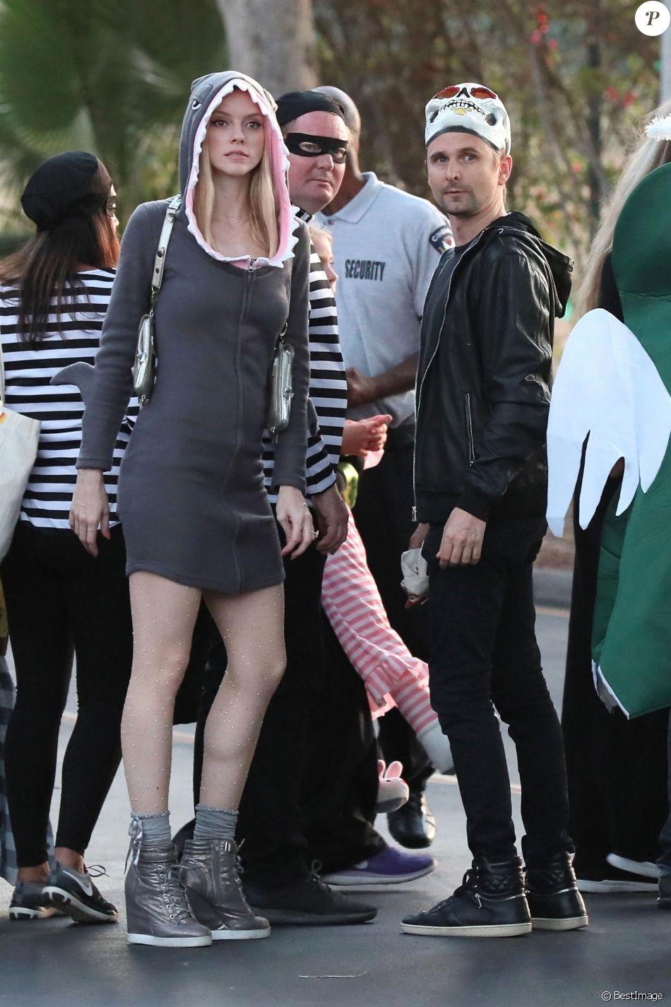 Matthew Bellamy (avec un masque de squelette) et sa fiancée Elle Evans (déguisée en requin) se rendent à une fête pour Halloween à Malibu, le 31 octobre 2018.