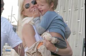 Gwyneth Paltrow à l'aéroport a un petit problème avec sa poitrine... et Chris Martin ne se soucie pas de sa fille !