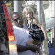 La petite Apple, 5 ans, dans les bras du garde du corps de son papa - Chris Martin -, à Barcelone, en Espagne, le 6 septembre 2009 !