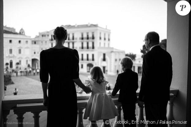 Le prince Albert de Monaco, son épouse Charlene et leurs enfants, Jacques et Gabriella, au balcon du palais princier pour la fête de la Saint Jean, le 23 juin 2020, à Monaco. © Photos : Eric Mathon / Palais Princier