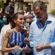 Le roi Felipe VI d'Espagne et la reine Letizia visitent le quartier tres mil viviendas à Séville le 29 juin 2020.