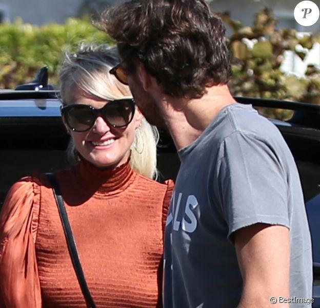 Laeticia Hallyday est allée déjeuner au restaurant MTN Venice avec sa mère Françoise Thibaut, son compagnon Pascal Balland et sa fille Mathilde à Los Angeles, le 19 octobre 2019.