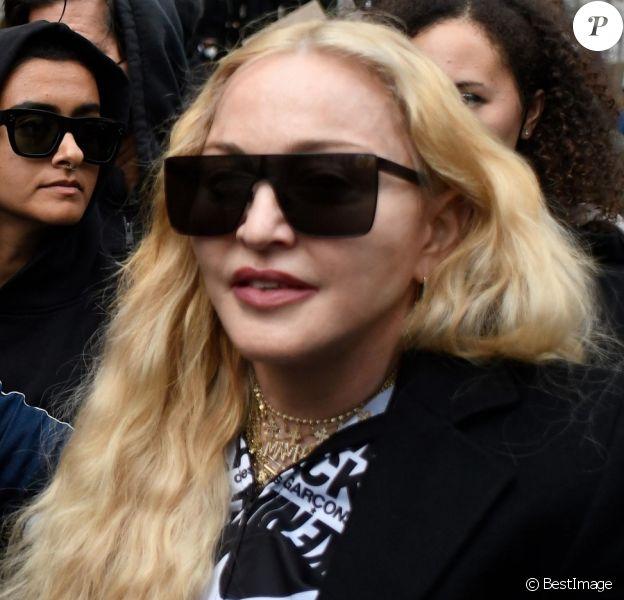 Madonna (en béquilles) participe à une manifestation à Londres lors du mouvement Black Lives Matter rally en hommage à George Floyd et contre les violences policières le 6 juin 2020.