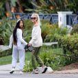 Laeticia Hallyday et ses filles Jade, 15 ans, et Joy, 11 ans, promènent leur chien Cheyenne dans le quartier de Brentwood à Los Angeles, pendant la période de confinement liée à l'épidémie de coronavirus (Covid-19), le 1er avril 2020.