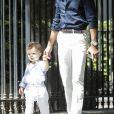 Hugo Philip et son fils Marlon - Caroline Receveur et Hugo Philip arrivent à la Mairie du 16ème arrondissement à Paris pour leur mariage, le 11 juillet 2020.