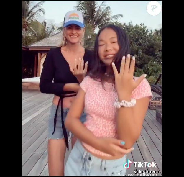 Laeticia Hallyday danse avec sa fille Joy pour son douzième anniversaire, le 27 juillet 2020.