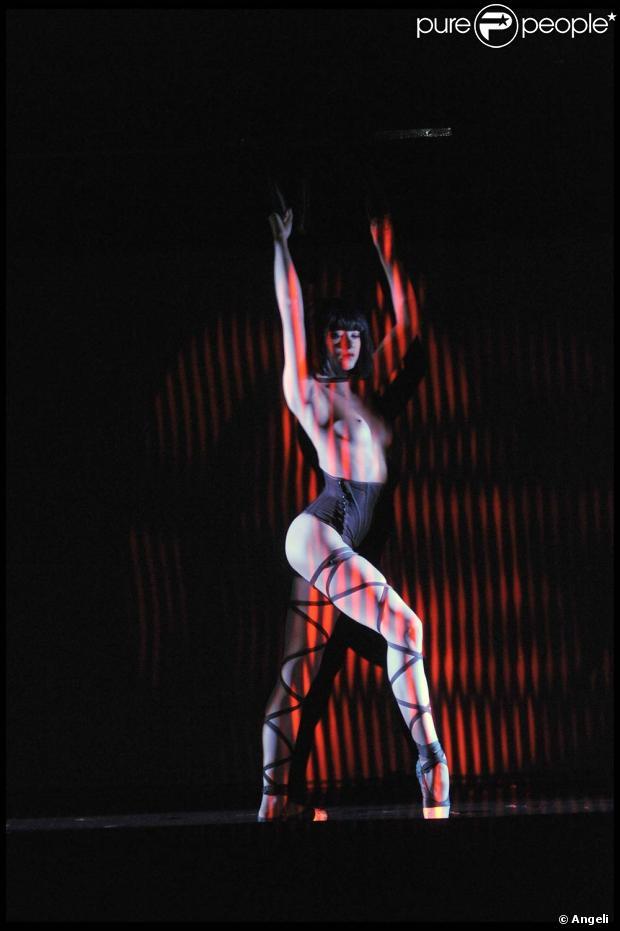 les danseuses les plus belles et sexy se mettent nu dans le nouveau show du crazy horse. Black Bedroom Furniture Sets. Home Design Ideas