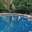 Cardi B en bikini près de sa piscine. Juillet 2020.