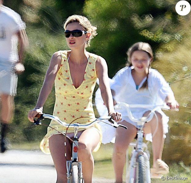 Exclusif - Victoria Beckham, ses enfants Brooklyn, Cruz et Harper, et la fiancée de Brooklyn Beckham, Nicola Ann Peltz, font du vélo en vacances dans la région des Pouilles, en Italie. Le 20 juillet 2020.