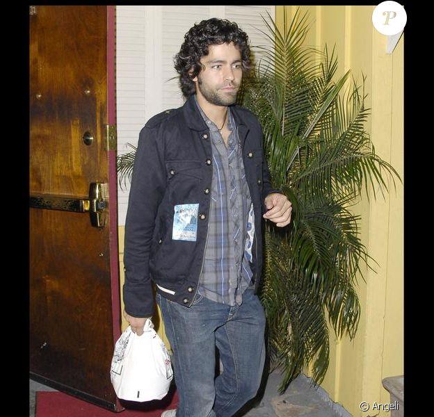 Adrian Grenier quitte le club Troubadour à West Hollywood avec un doggy bag à la main le 13 septembre 2009