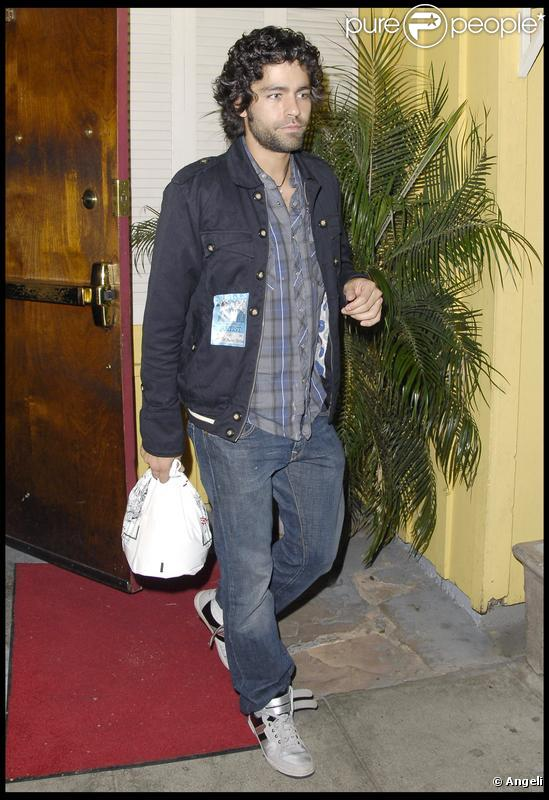 Adrian Grenier quitte le club Troubadour à West Hollywood avec un doggy bag à la main le 13 septembre 2009