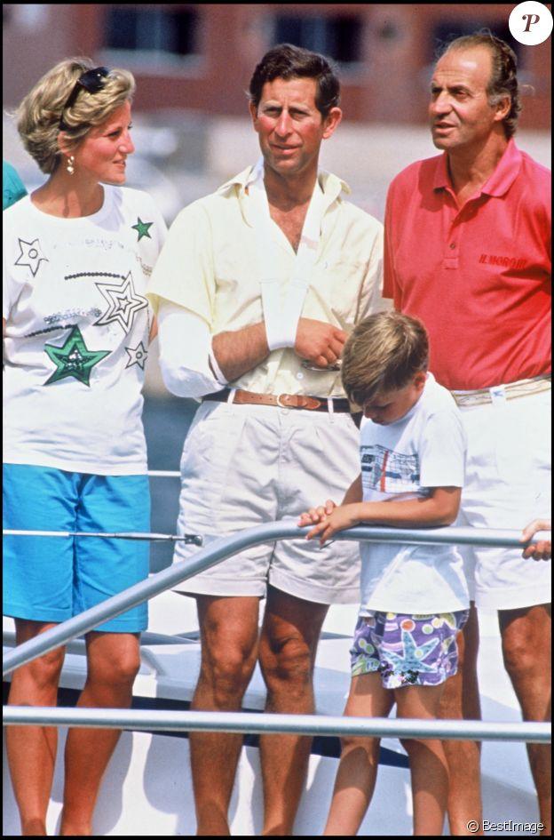 Le prince Charles, son épouse Diana, et leurs fils Harry avec le roi d'Espagne Juan Carlos en vacances à Palma en août 1990.