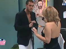 Secret Story 3 : Cindy allume Jonathan... avec un cadeau coquin ! Regardez !
