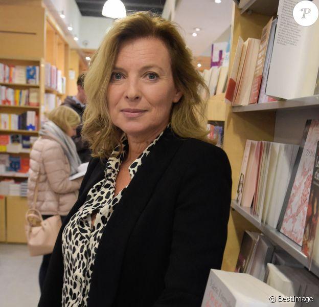 """La journaliste Valérie Trierweiler dédicace son nouveau livre """"On se donne des nouvelles"""" à la librairie Filigranes à Bruxelles, Belgique"""