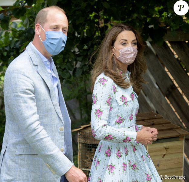 """Le prince William, duc de Cambridge, et Kate Middleton, duchesse de Cambridge, en visite à la maison de retraite """"Shire Hall Care Home"""" à Cardiff pour rencontrer le personnel, les résidents et leurs familles."""