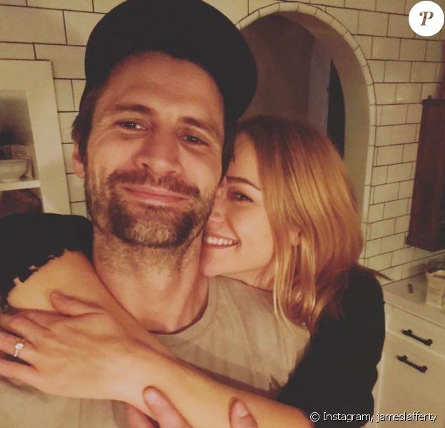 James Lafferty a posté cette photo avec sa chérie Alexandra Park pour annoncer leurs fiançailles, sur Instagram.