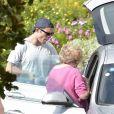 Exclusif - Ed Westwick mime une demande en mariage à sa compagne Tamara Francesconi lors de vacances à Portofino, en Italie. La mère de Ed Westwick, Carole, a assisté à la scène. Le 28 août 2020.