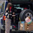 Exclusif - L'actrice de 30 ans, Dakota Johnson et son compagnon Chris Martin, bandana pour elle et masque chirurgical pour lui en guise de protection contre le coronavirus (Covid-19), font des courses à Malibu, le 28 juin 2020.