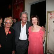 Entourée d'Alain Delon et Evelyne Thomas, Anne Roumanoff n'a pas la mémoire qui flanche...