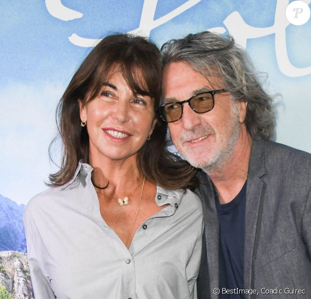 """François Cluzet et son épouse Narjiss Slaoui-Falcoz assistent à l'avant-première du film """"Poly"""" au cinéma UGC Normandie à Paris, France, le 4 octobre 2020. © Coadic Guirec/Bestimage"""