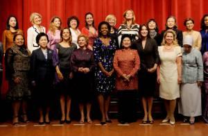 Quand Carla Bruni et Michelle Obama font une photo de famille, elles monopolisent l'objectif !