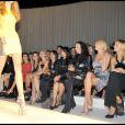 Corinne Clery, Francesca Versace, Tamara Beckwith, Janet Jackson et Alessia Marcuzzi au défilé Versace lors de la Fashion Week italienne le 25 septembre 2009