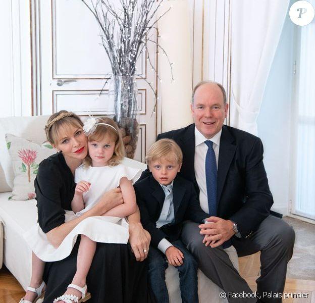 Le prince Albert de Monaco, son épouse Charlene et leurs deux enfants, Jacques et Gabriella, au palais princier de Monaco, 2020.