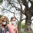 """Vanessa Paradis et sa fille Lily-Rose Depp à la sortie du défilé de mode prêt-à-porter printemps-été 2021 """"Chanel"""" au Grand Palais à Paris. Le 6 octobre 2020"""